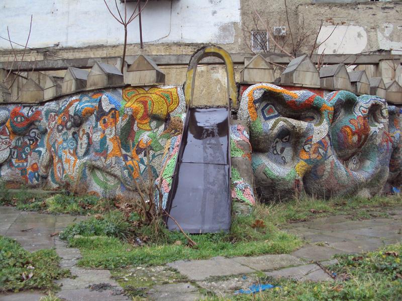 «Мертвая» детская площадка в центре Баку