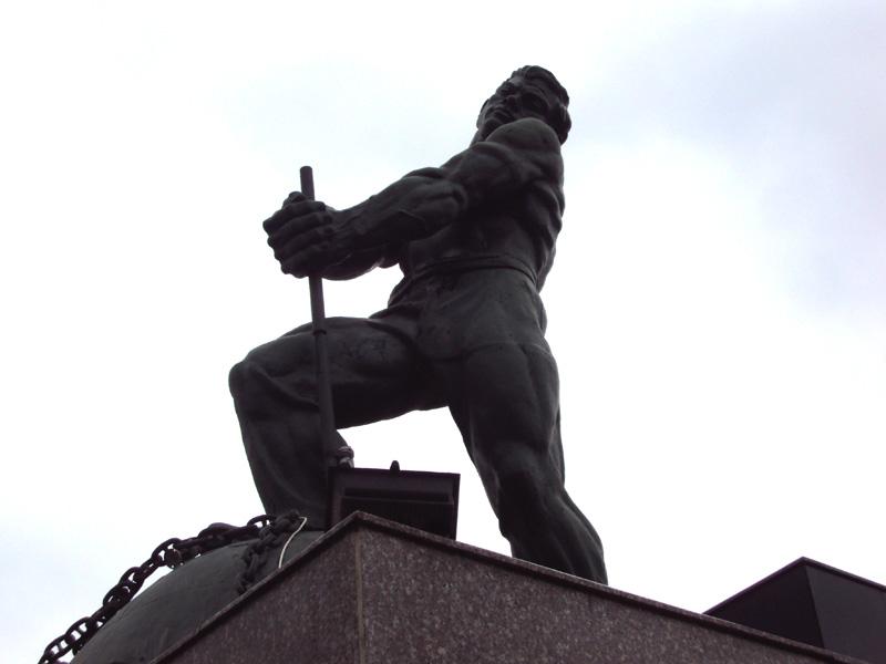 советский монстр в пригороде Баку. © Tim Tal