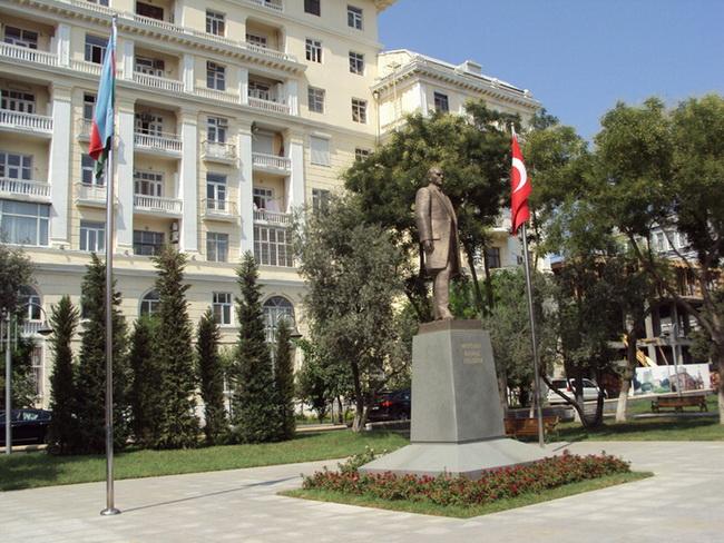 ataturk-pamatnik-baku-03