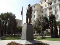 Памятник Ататюрку около посольства Турции в Баку — ФОТО