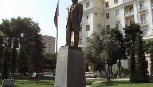 Памятник Ататюрку около посольства Турции в Баку - ФОТО